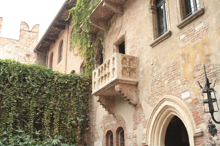 Juliet balcony in Verona by 2dweb on Pixabay at https://pixabay.com/en/verona-balcony-romeo-juliet-art-489001/