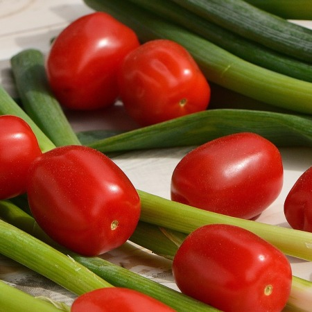Grape tomatoes and green onions by Alexas_Fotos on Pixabay at https://pixabay.com/en/tomatoes-spring-onions-vegetables-1303134/